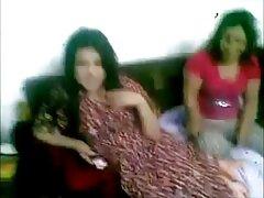 هزة الجماع في حمام سكسي ام وابن بريتني العنبر وصديقتها